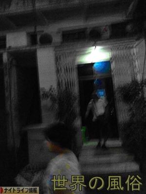 ヤンゴンのチャイナタウンの置屋で半脱ぎが正義と叫ぶ