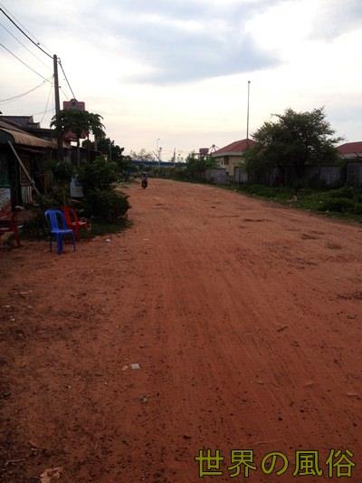 カンボジアのシアヌークビルの港にあるチキンビレッジ置屋に行く。