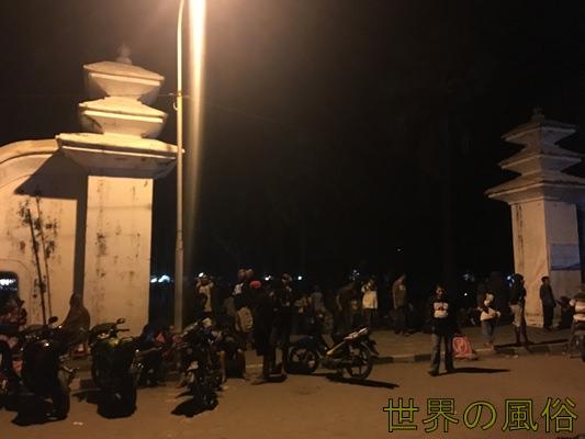 ジョグジャカルタ南のParangkusumoパランクスモ海岸に立ちんぼが100名?