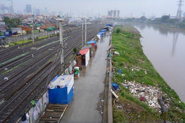 タナアバン駅の線路脇置屋ボンカランの行き方と地図