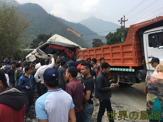 ジャガダンバ社のツーリストバスでポカラへ行くが事故に遭遇